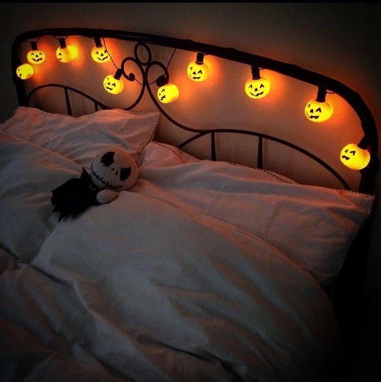20+ Cozy But Spooky Halloween Bedroom Decoration Ideas (1)