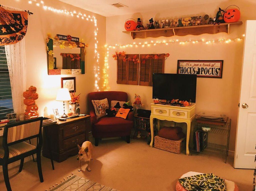 20 Cozy But Spooky Halloween Bedroom Decoration Ideas 11
