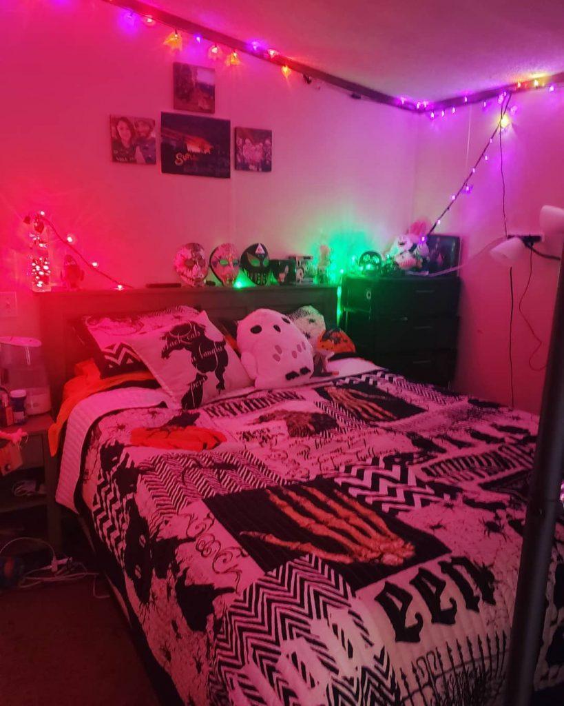 20+ Cozy But Spooky Halloween Bedroom Decoration Ideas (16)