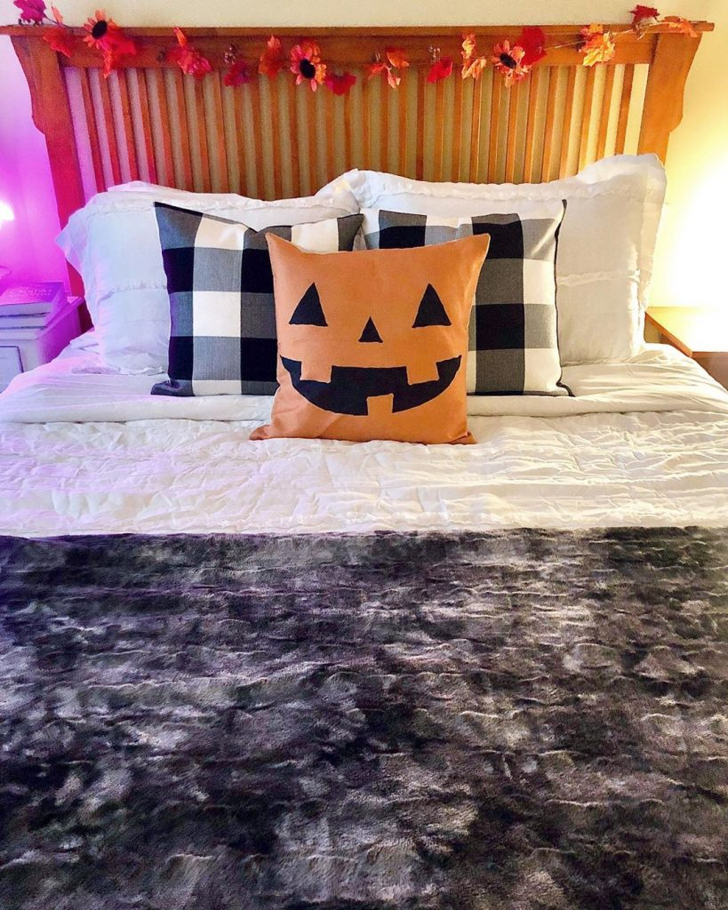 20+ Cozy But Spooky Halloween Bedroom Decoration Ideas (18)