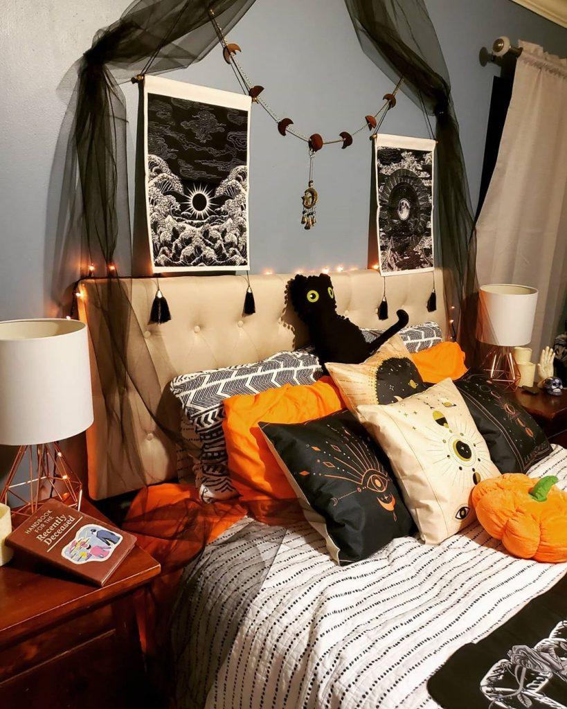 20+ Cozy But Spooky Halloween Bedroom Decoration Ideas (19)
