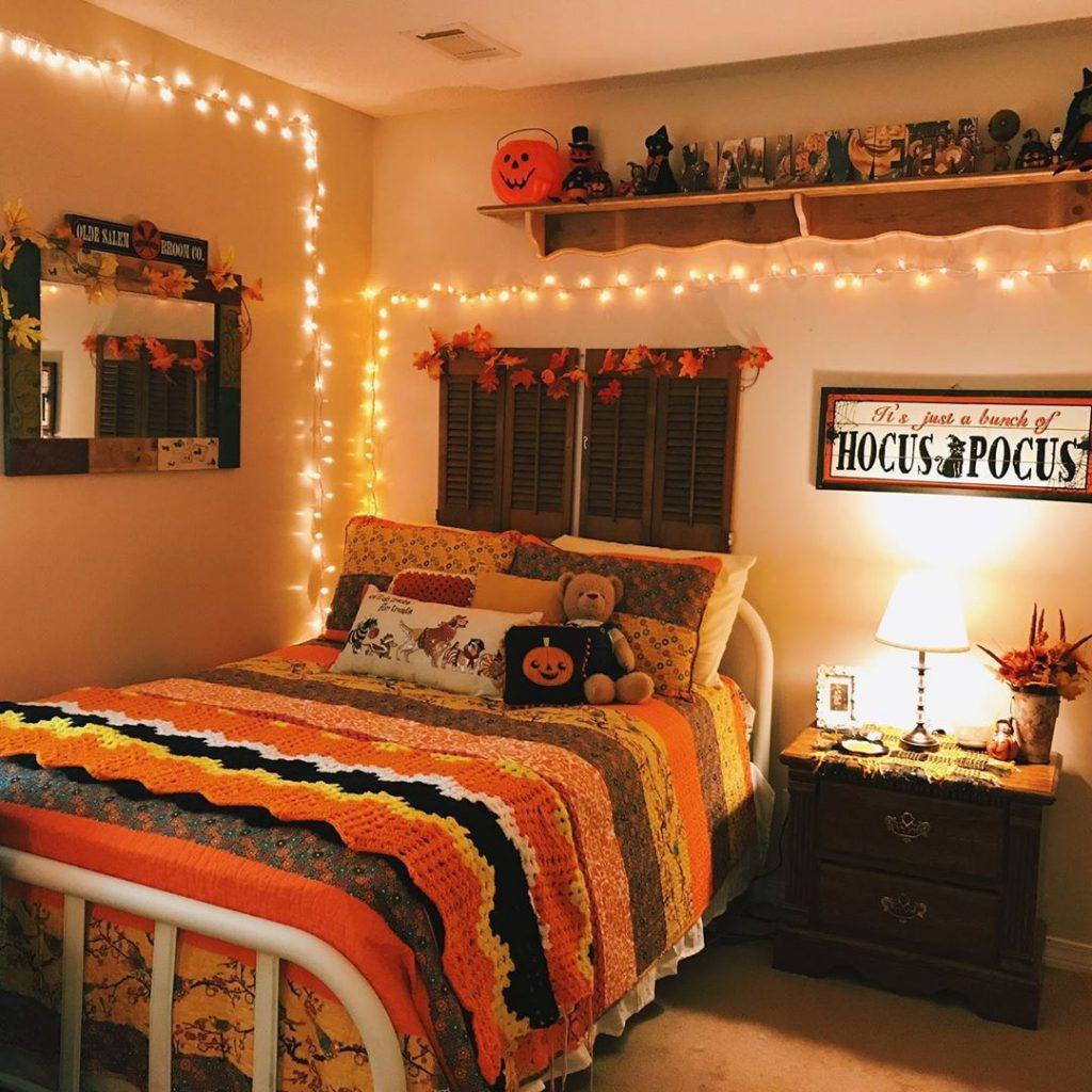 20+ Cozy But Spooky Halloween Bedroom Decoration Ideas (2)