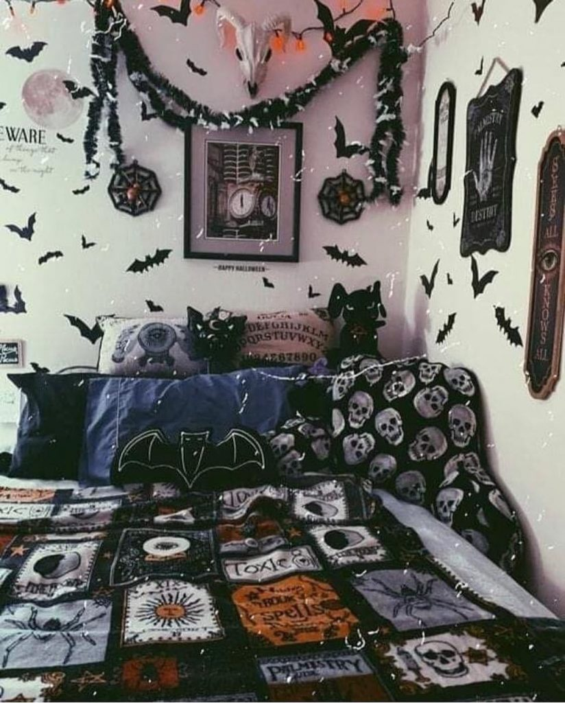 20+ Cozy But Spooky Halloween Bedroom Decoration Ideas (23)