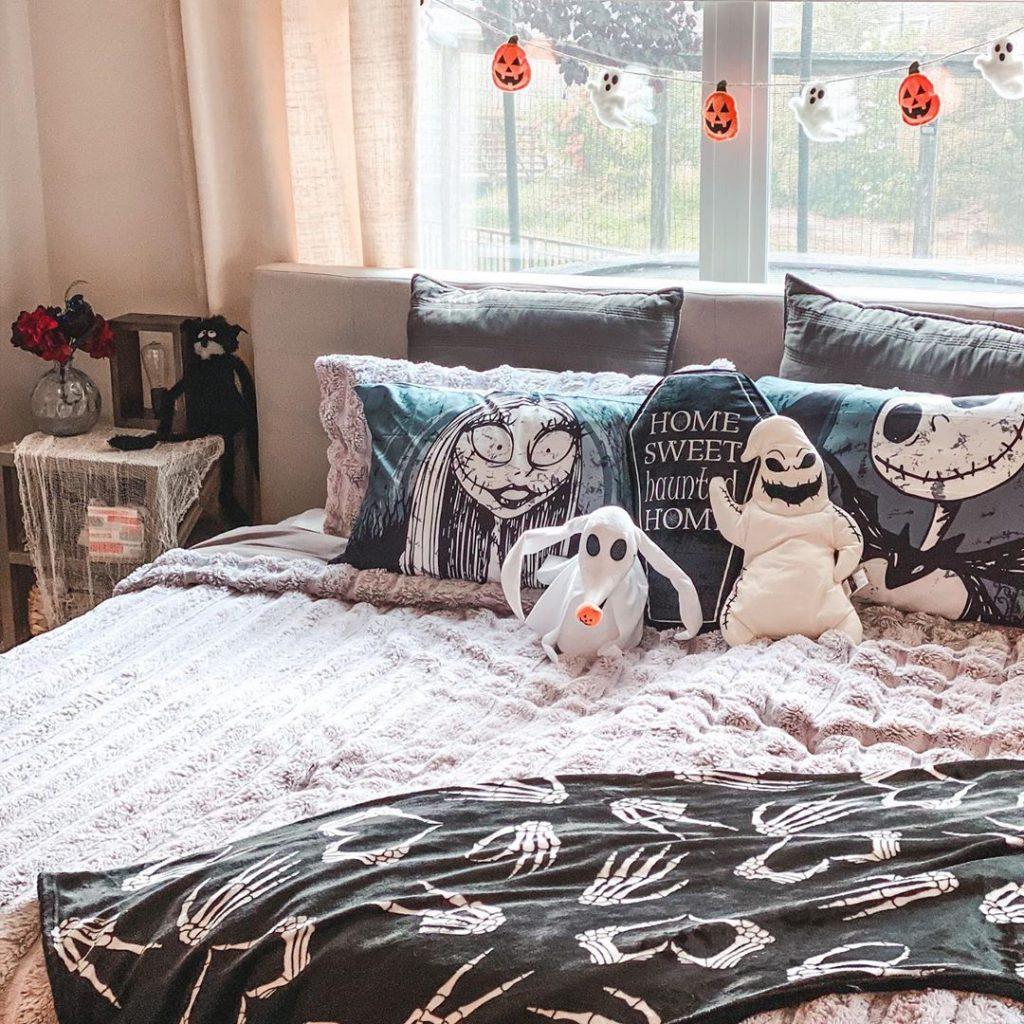 20 Cozy But Spooky Halloween Bedroom Decoration Ideas 24