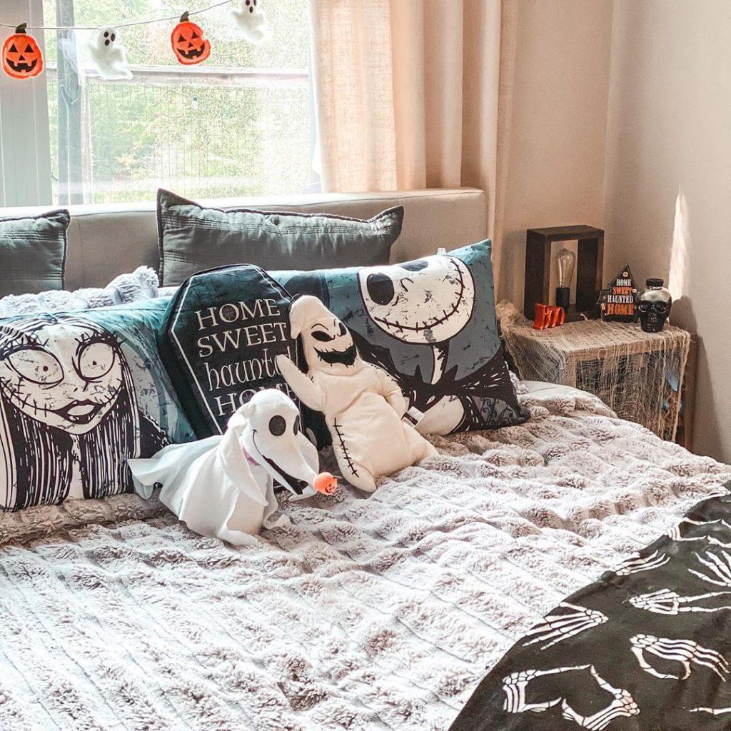 20+ Cozy But Spooky Halloween Bedroom Decoration Ideas (25)