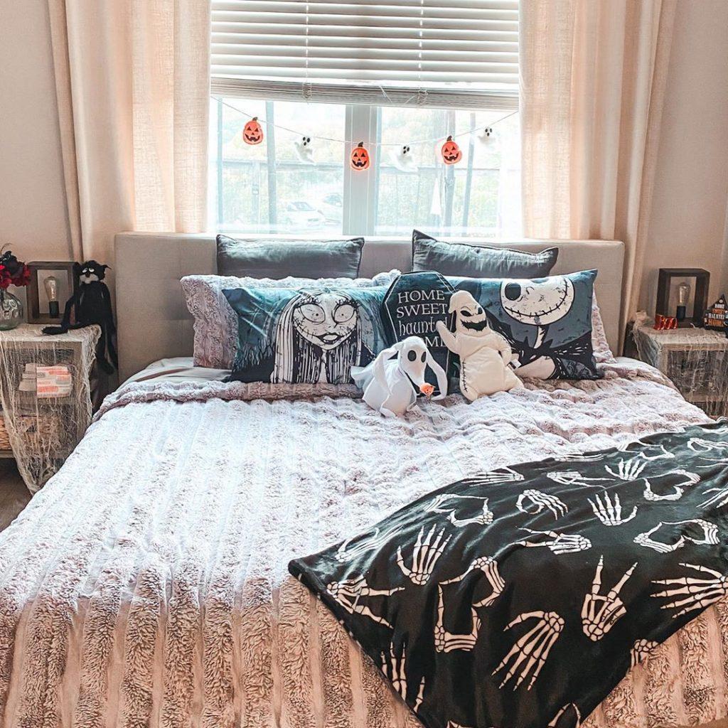 20 Cozy But Spooky Halloween Bedroom Decoration Ideas 26