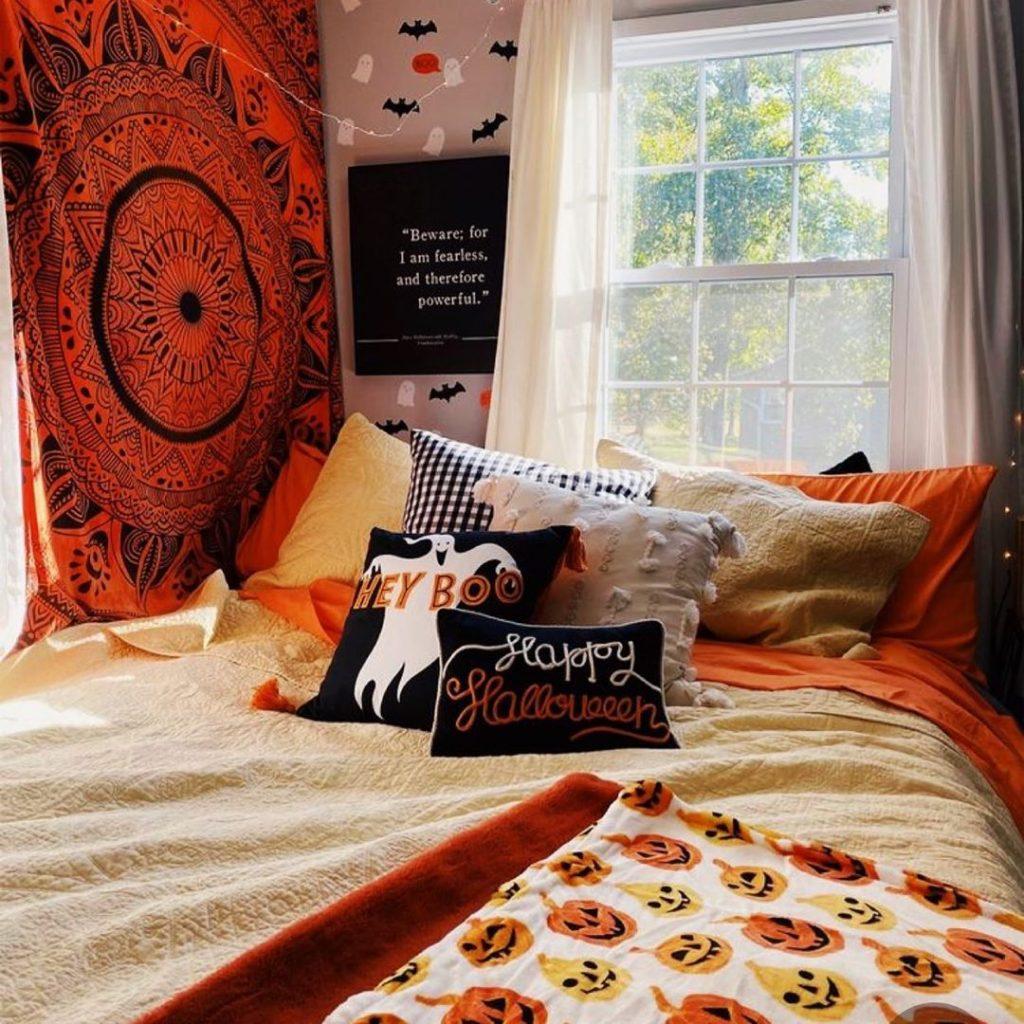 20+ Cozy But Spooky Halloween Bedroom Decoration Ideas (27)