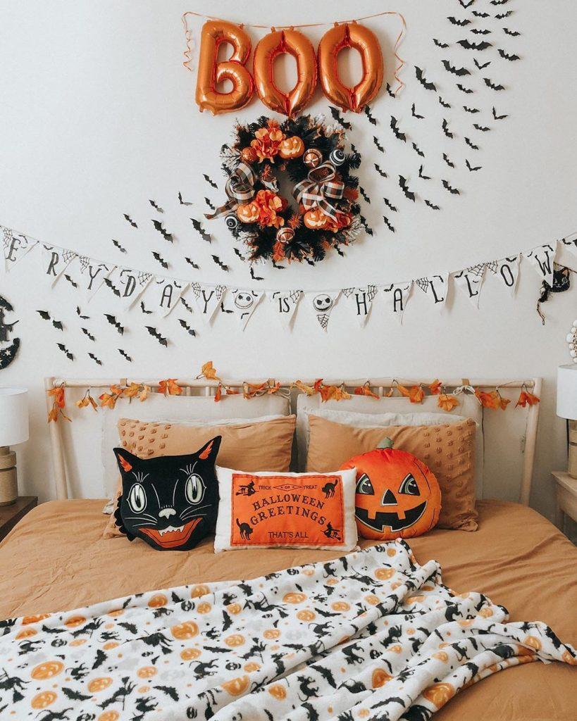 20+ Cozy But Spooky Halloween Bedroom Decoration Ideas (30)