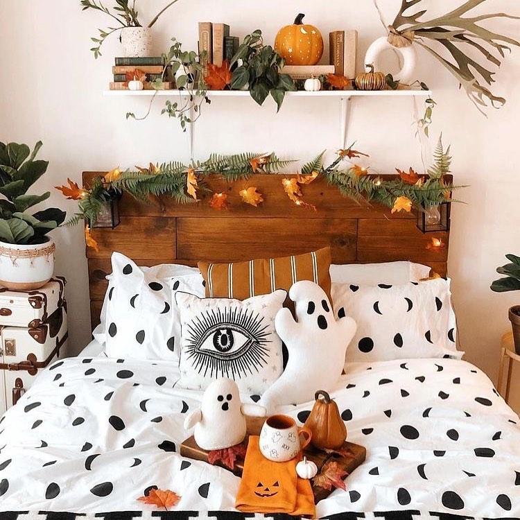 20+ Cozy But Spooky Halloween Bedroom Decoration Ideas (31)