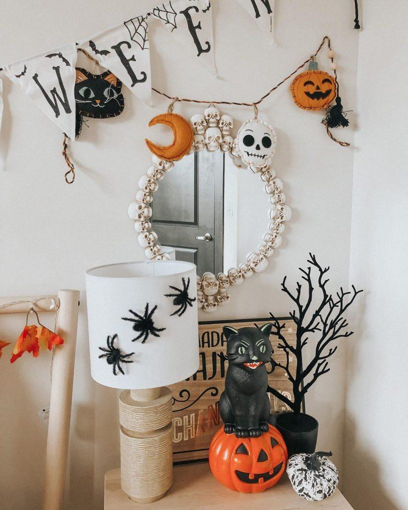20+ Cozy But Spooky Halloween Bedroom Decoration Ideas (32)