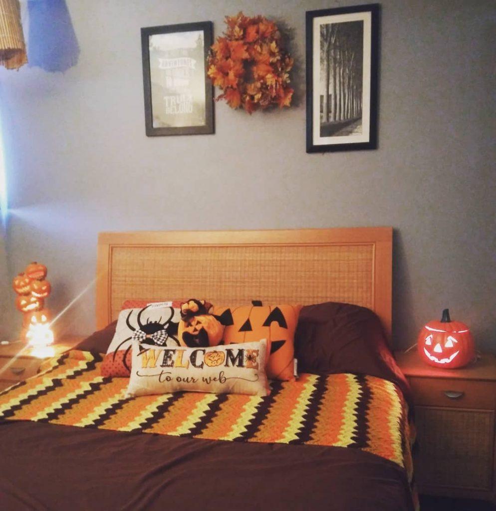 20+ Cozy But Spooky Halloween Bedroom Decoration Ideas (34)