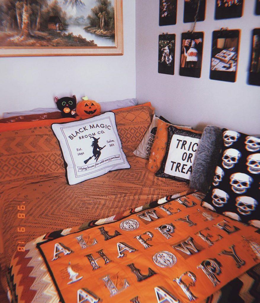 20+ Cozy But Spooky Halloween Bedroom Decoration Ideas (35)