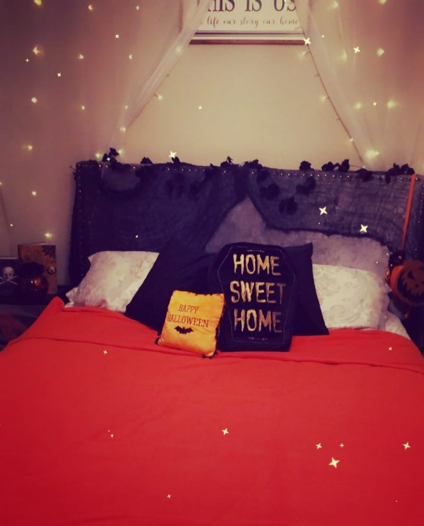 20+ Cozy But Spooky Halloween Bedroom Decoration Ideas (38)