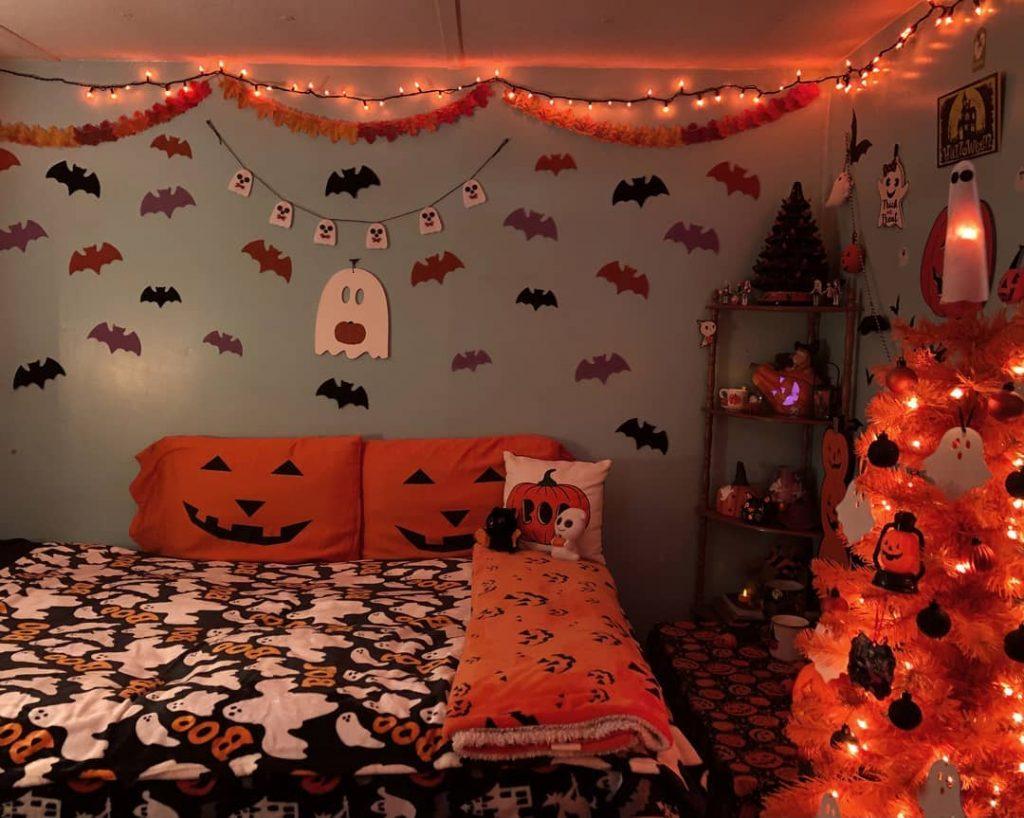 20+ Cozy But Spooky Halloween Bedroom Decoration Ideas (44)