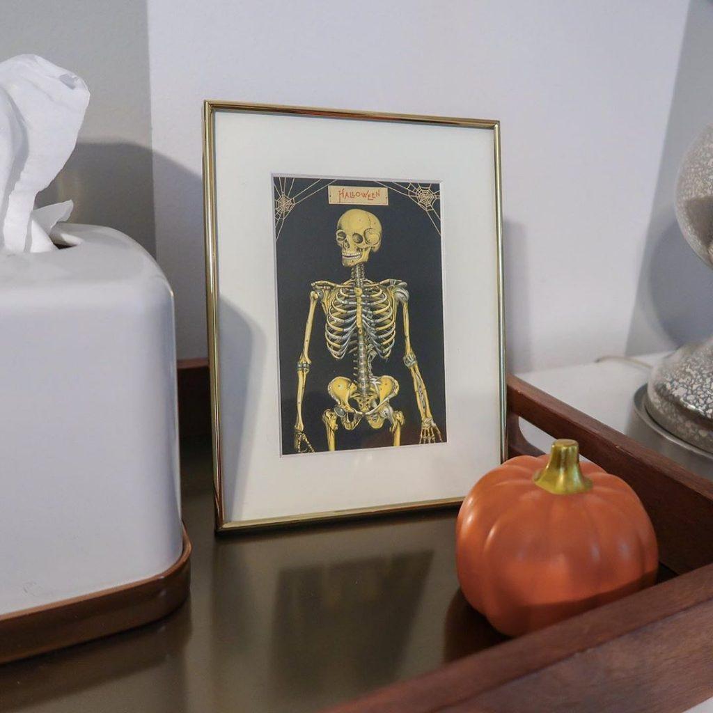 20+ Cozy But Spooky Halloween Bedroom Decoration Ideas (45)