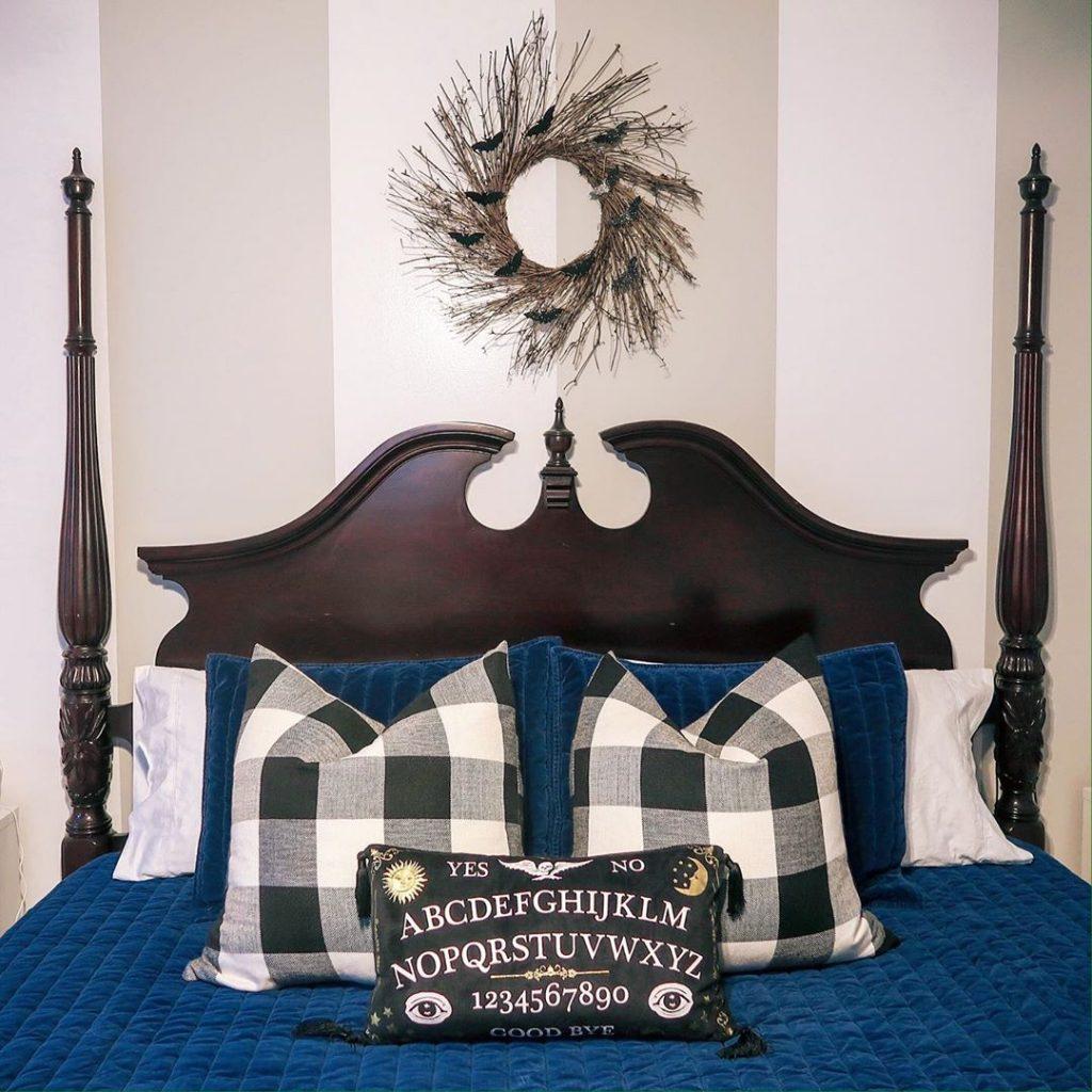 20+ Cozy But Spooky Halloween Bedroom Decoration Ideas (46)