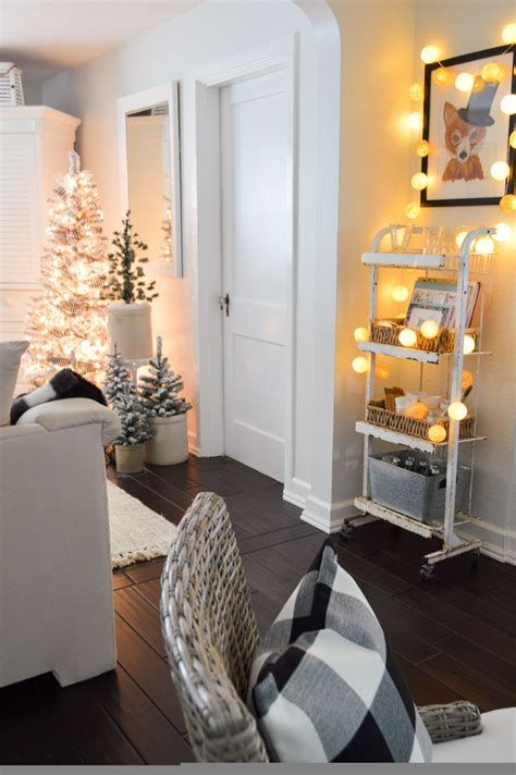 Attractive Winter Living Room Decoration Ideas For Warmth In The House 25