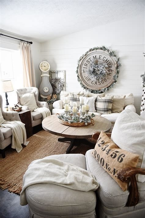Attractive Winter Living Room Decoration Ideas For Warmth In The House 34