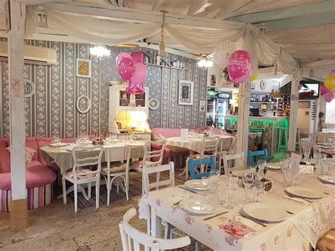 Cozy Shabby Chic Cafe Furniture Ideas 03
