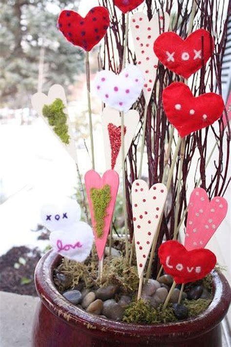 Gorgeous Valentines Day Porch Decor Ideas 21