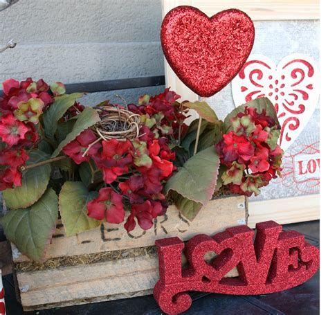 Gorgeous Valentines Day Porch Decor Ideas 26